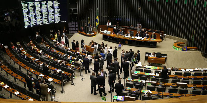 Sob o comando de Cunha, Câmara vai decidir. Partidos pró-impeachment decidem falar menos, para garantir a sessão