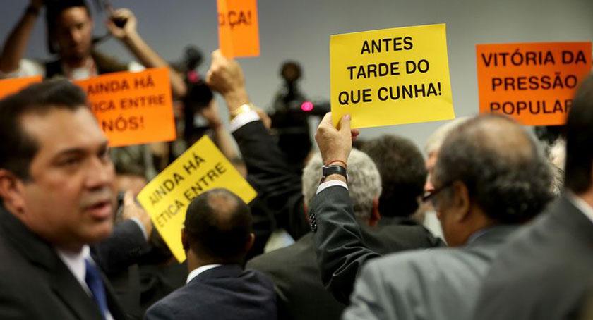 """Foto de CUNHA FORA? Sem festa. Ainda falta a votação no plenário. E no Conselho de Ética, passou """"raspando"""""""