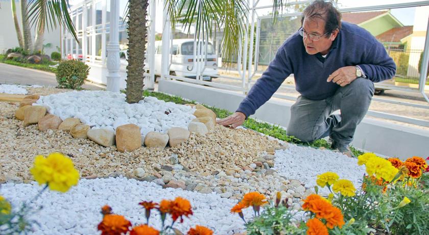 João Carlos Maciel trabalha, durante o dia, como paisagista. À noite e nos finais de semana, fica detido no Instituto Penal de Santa Maria