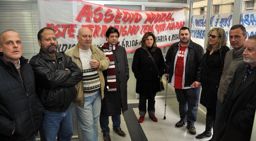 Foto de SANTANDER. Sindicalistas protestam, reagindo a denúncias de assédio moral na agência de Santa Maria