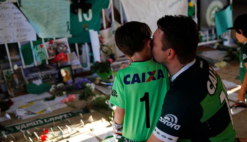 Foto de TRAGÉDIA E DOR. Um efeito colateral: a tristeza das crianças de Chapecó, órfãs de seus ídolos do dia-a-dia