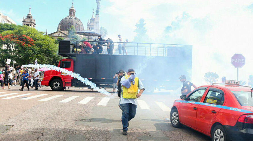 Foto de ESTADO. Na votação do Pacote de Sartori, 'destaque' foi atuação da Brigada, no lado de fora da Assembleia
