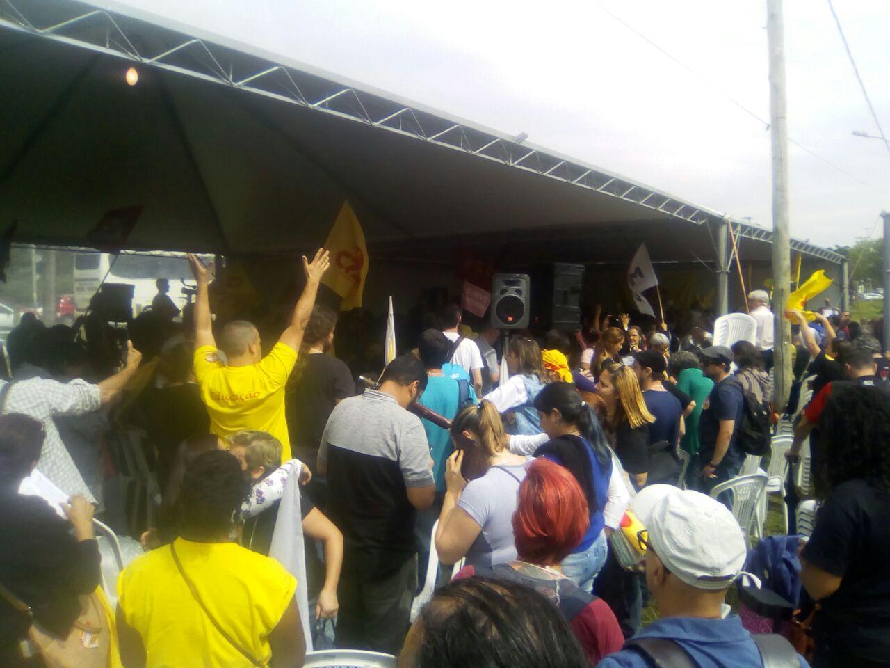 Foto de FLASH. Greve dos educadores estaduais continua