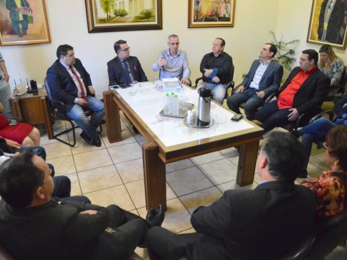 Foto de EXECUTIVO. Prefeito Jorge Pozzobom entrega, aos vereadores, proposta de Orçamento para 2018