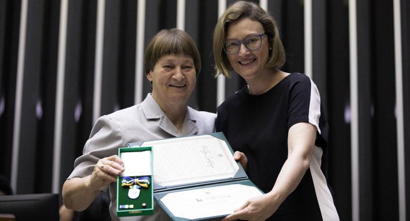 Foto de DIA DA MULHER. Medalha Mietta Santiago entregue para a Irmã Lourdes Dill, na Câmara dos Deputados
