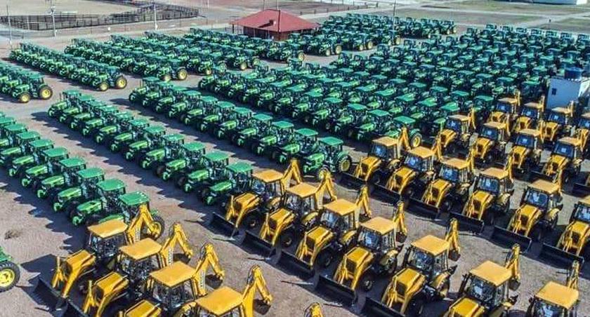 Foto de CIDADE. Vêm aí até final do mês, para SM, um trator agrícola, 3 retroescavadeiras e um caminhão-caçamba