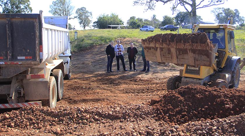 Foto de DISTRITOS. Prefeitura começa exploração pedreiras. Matéria prima será usada na recuperação de estradas