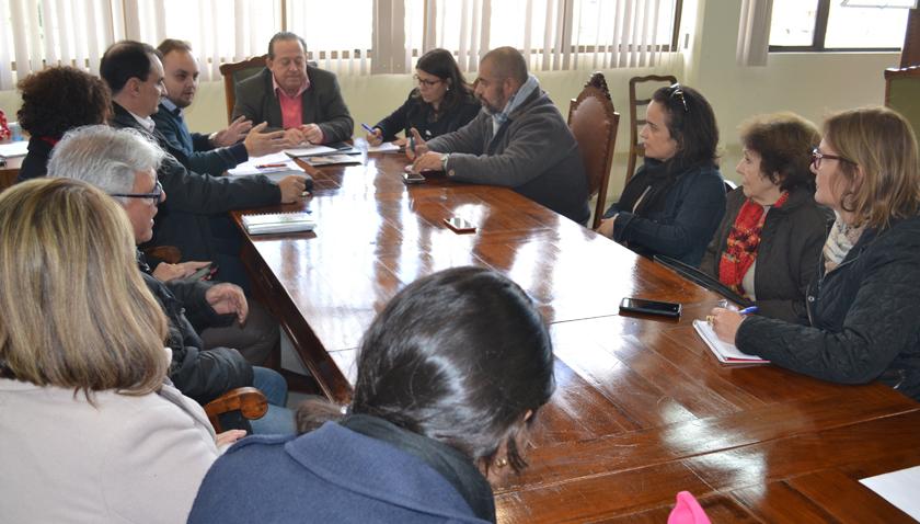 Foto de TRABALHO. Professores municipais se reúnem para debater reposição de 2,95% anunciada pela Prefeitura