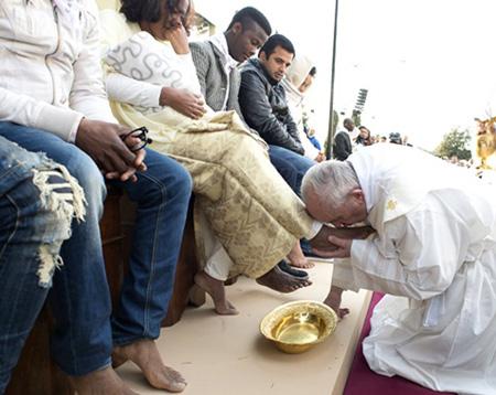 Foto de FÉ. Irmã Lourdes Dill e o 'lava-pés', grande gesto de humildade praticado por Jesus, na quinta-feira santa