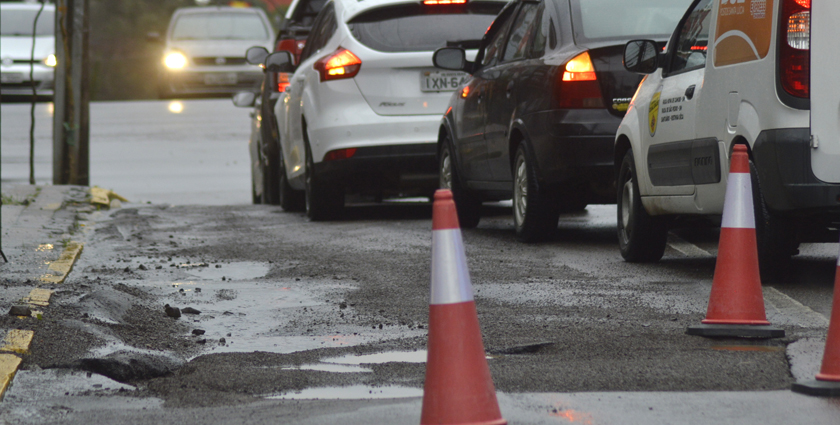 Foto de CIDADE. Conserto, pela Corsan, de buraco no asfalto na Rua do Acampamento, só com a melhoria do clima