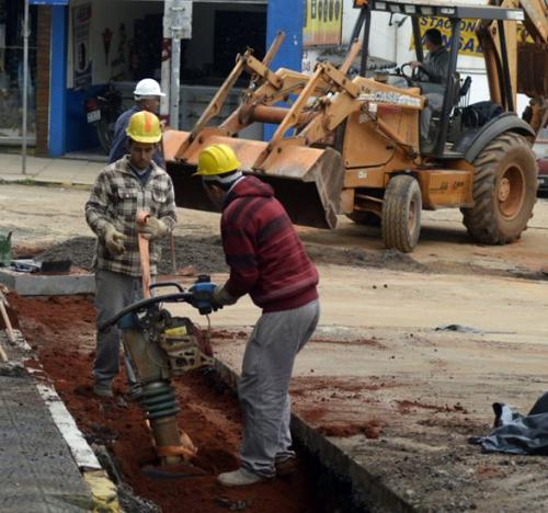 Foto de CIDADE. Obra de drenagem pluvial da Rua Riachuelo não vai parar neste sábado. Tráfego segue bloqueado