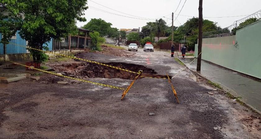 CIDADE. Chuva faz o pavimento ceder e a prefeitura interdita rua Oscar Henrique Zappe, no Bairro Itararé - prefeitura-chuva-1