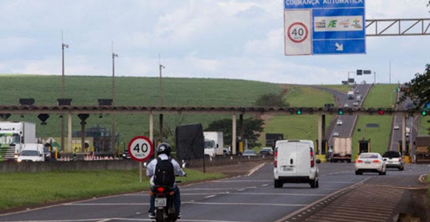 Foto de CALAMIDADE. Pimenta pede a Bolsonaro que isente cobrança de pedágio de caminhões durante pandemia