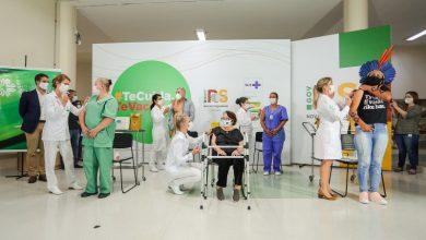 Foto de SAÚDE. Cinco gaúchos de grupos de risco recebem juntos as primeiras doses da vacina contra covid-19